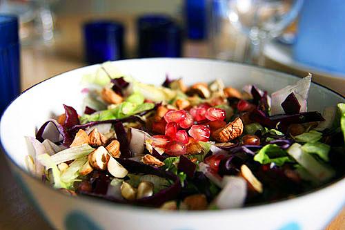 Salat med nødder, rødkål og granatæble