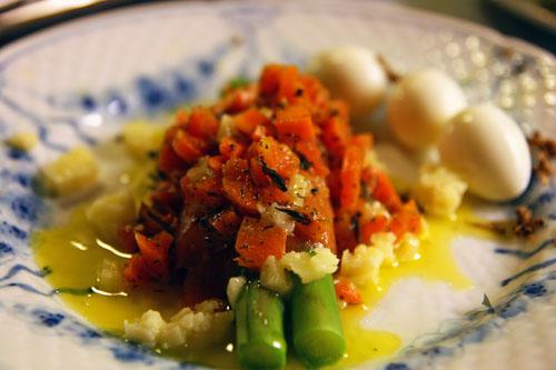sauterede asparges med jambon iberico, smørsmeltet vesterhavsost, krydrede gulerødder, trøffel og vagtelæg